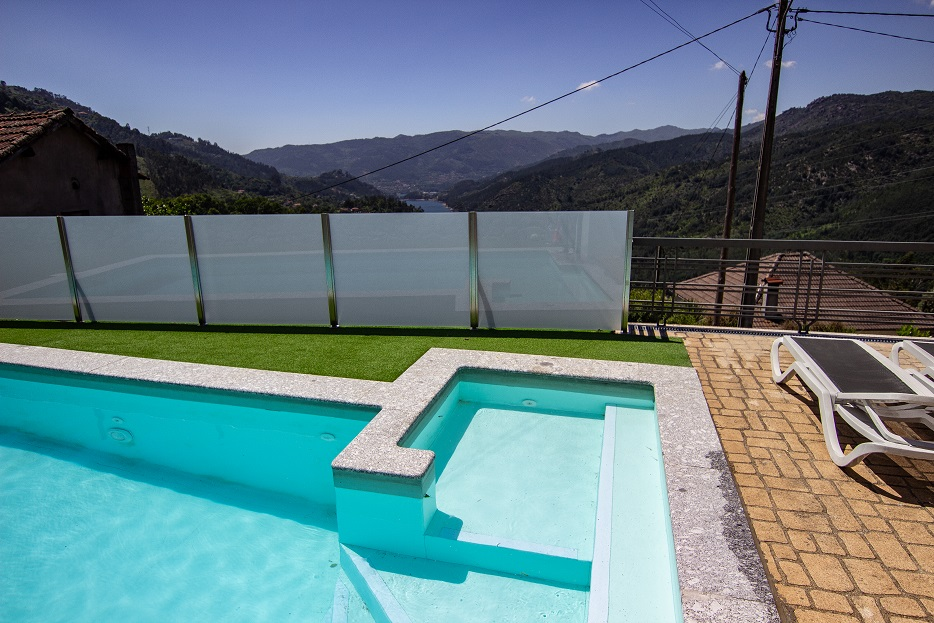 Casa T4 com piscina privada na encosta da Caniçada